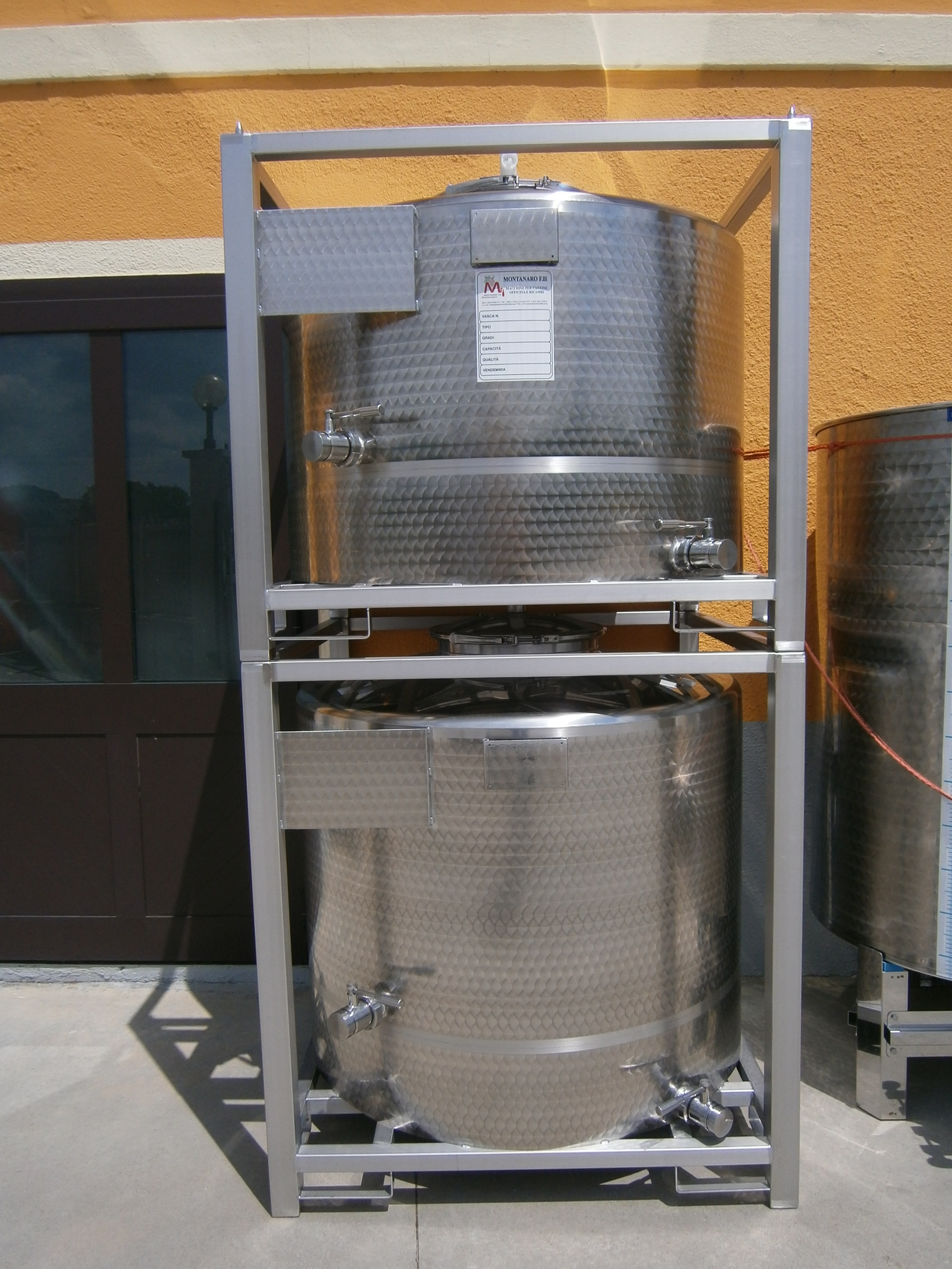 STAINLESS STEEL TANKS CAPACITY LITERS 500-700 FORK-LIFTABLE / STACKABLE CONICAL BOTTOM NEW EQUIPMENT