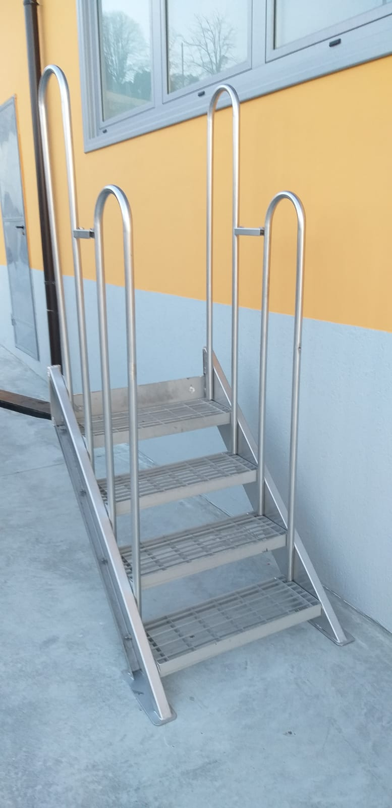STAINLESS STEEL LADDER WITH FOUR STEPS, SECOND-HAND EQUIPMENT.