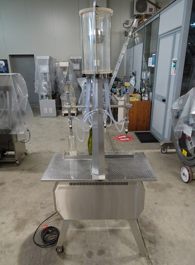 IN-LINE FILLER WITH 4 NOZZLES WITH VACUUM FILLING SYSTEM, SECOND-HAND EQUIPMENT.